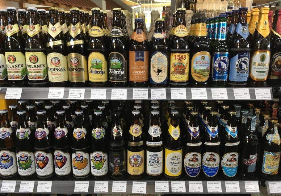 Beispielregal im Getränkefachhandel mit Bierspezialitäten