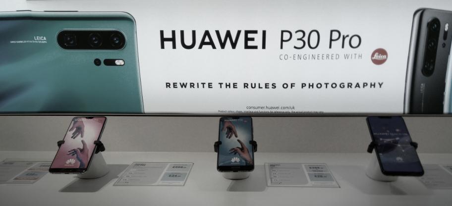 Beispielansicht Huawei Smartphones im Elektronikmarkt
