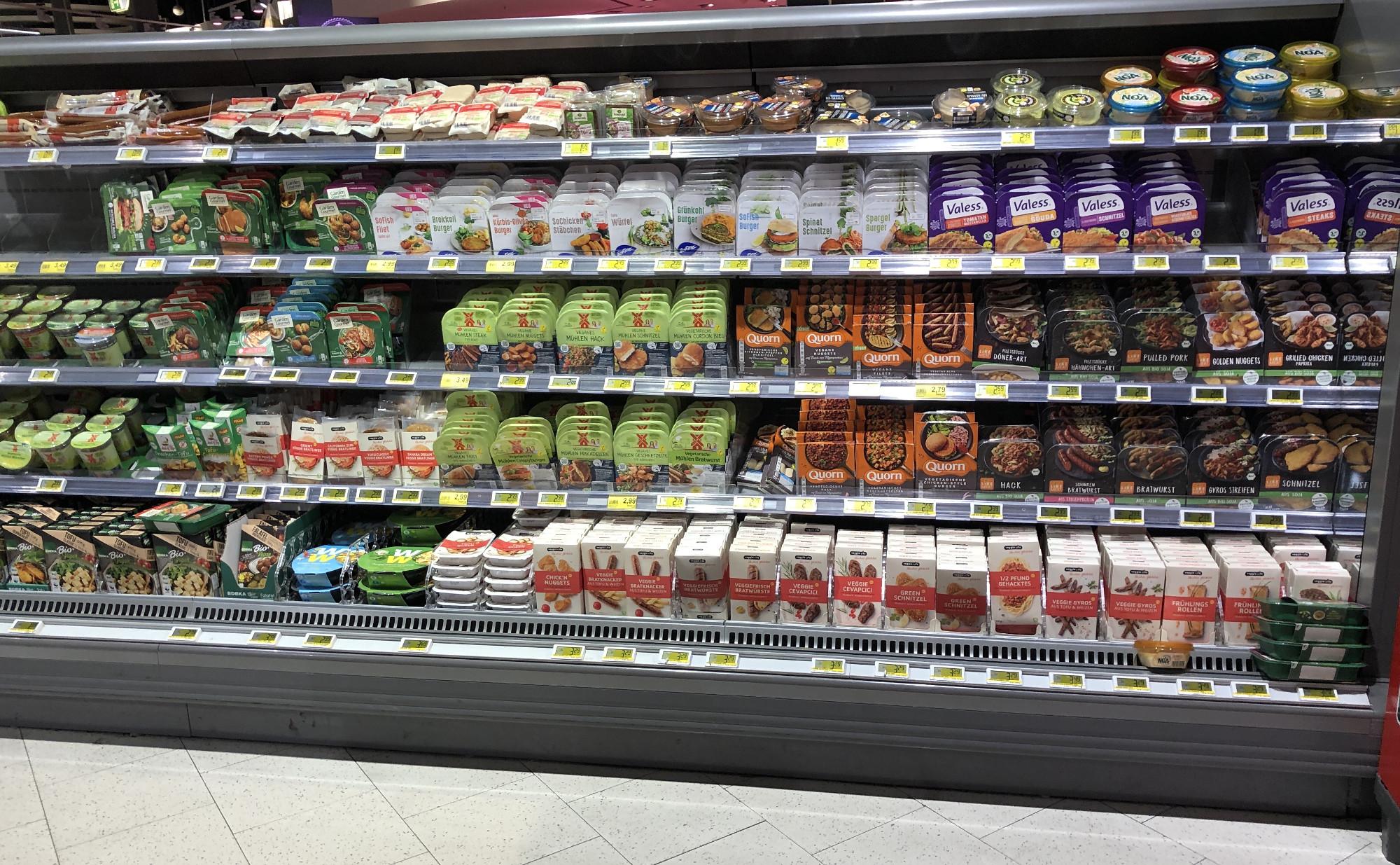 Sortimentsanalyse Fleischersatz-Produkte bei EDEKA: Große Auswahl an Markenprodukten, etwas höherer Preis