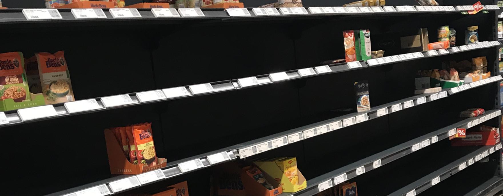 Bild Supermarkt mit Regallücken durch Hamsterkäufe. Hier gibt es Consumer Insights rundum Corona-Virus.