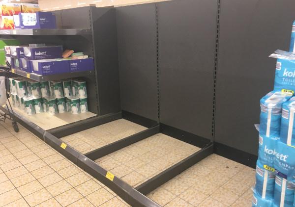 Regallücken bei Toilettenpapier in einer Aldi Süd Filiale