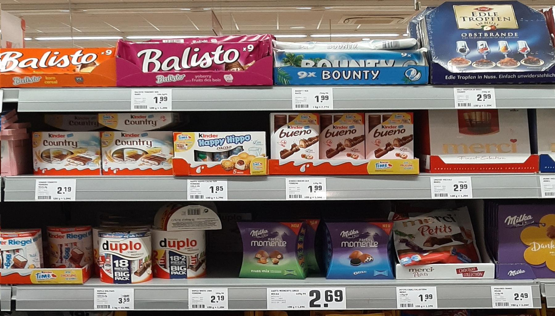 Supermarktregal mit Süßwaren