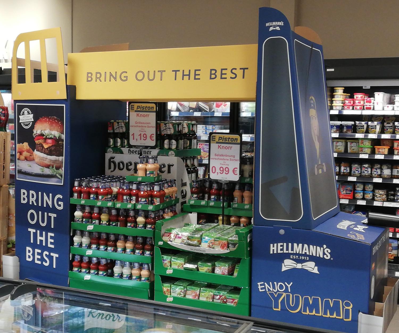 Diese In-Store Promotion von Hellmann's ist komplett mit Konkurrenzprodukten gefüllt.