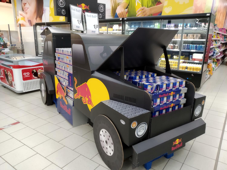 Red Bull setzt auch auf vier Räder: In den Supermärkten wird im Sommer 2020 mit einem Geländewagen-Display geworben.