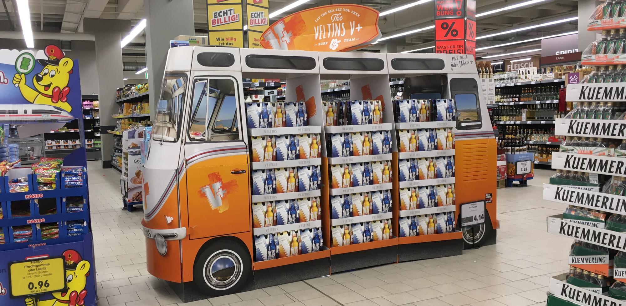 In-Store Promotion von Veltins: Die Biermarke setzt im Sommer 2020 auf ein Display in Form eines Campers, um am Point of Sale (POS) aufzufallen.